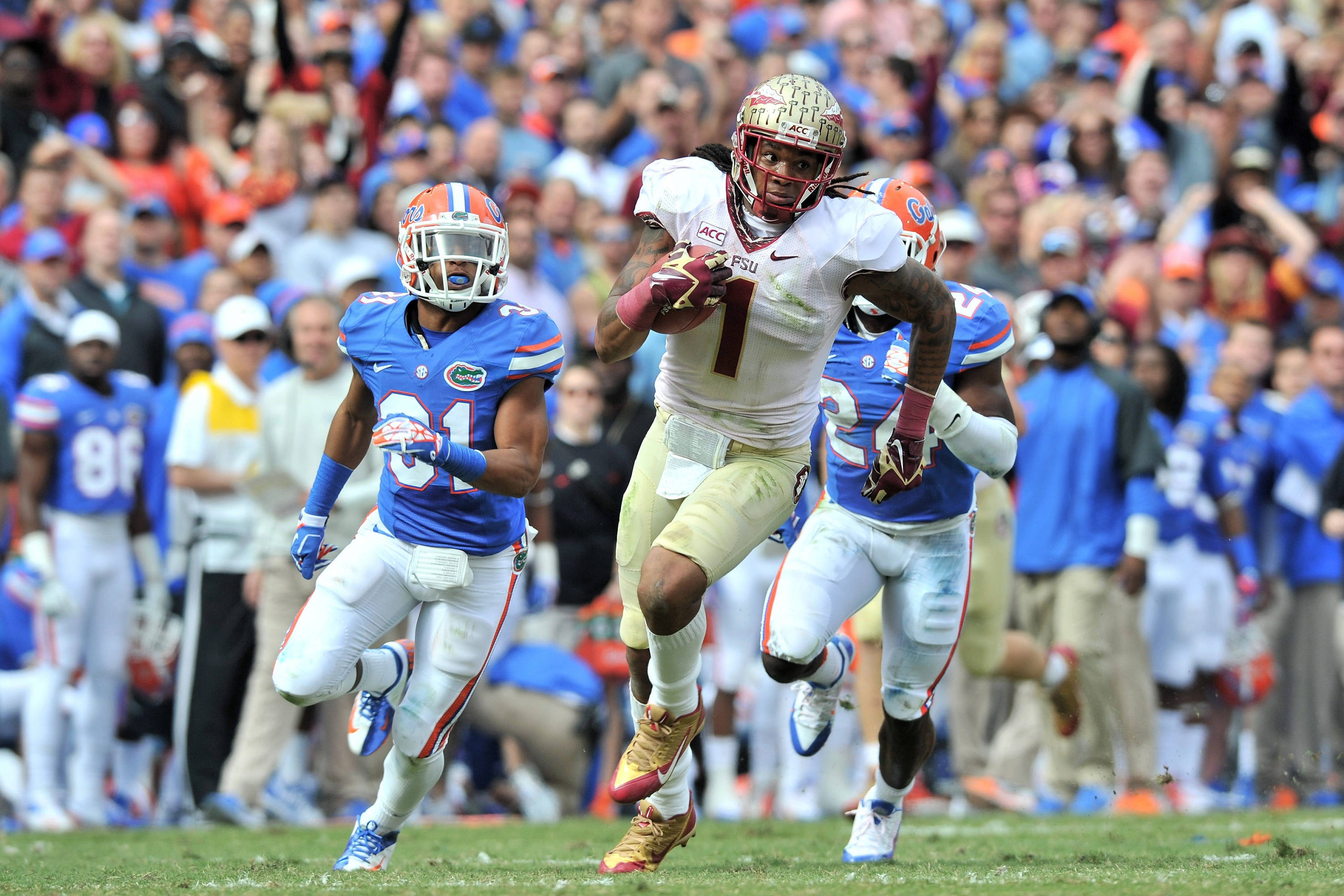 Kelvin Benjamin (center) runs past Florida Gators defensive back Cody Riggs (left) and Florida Gators defensive back Brian Poole (right) for a touchdown. Mandatory Credit: Steve Mitchell-USA TODAY Sports
