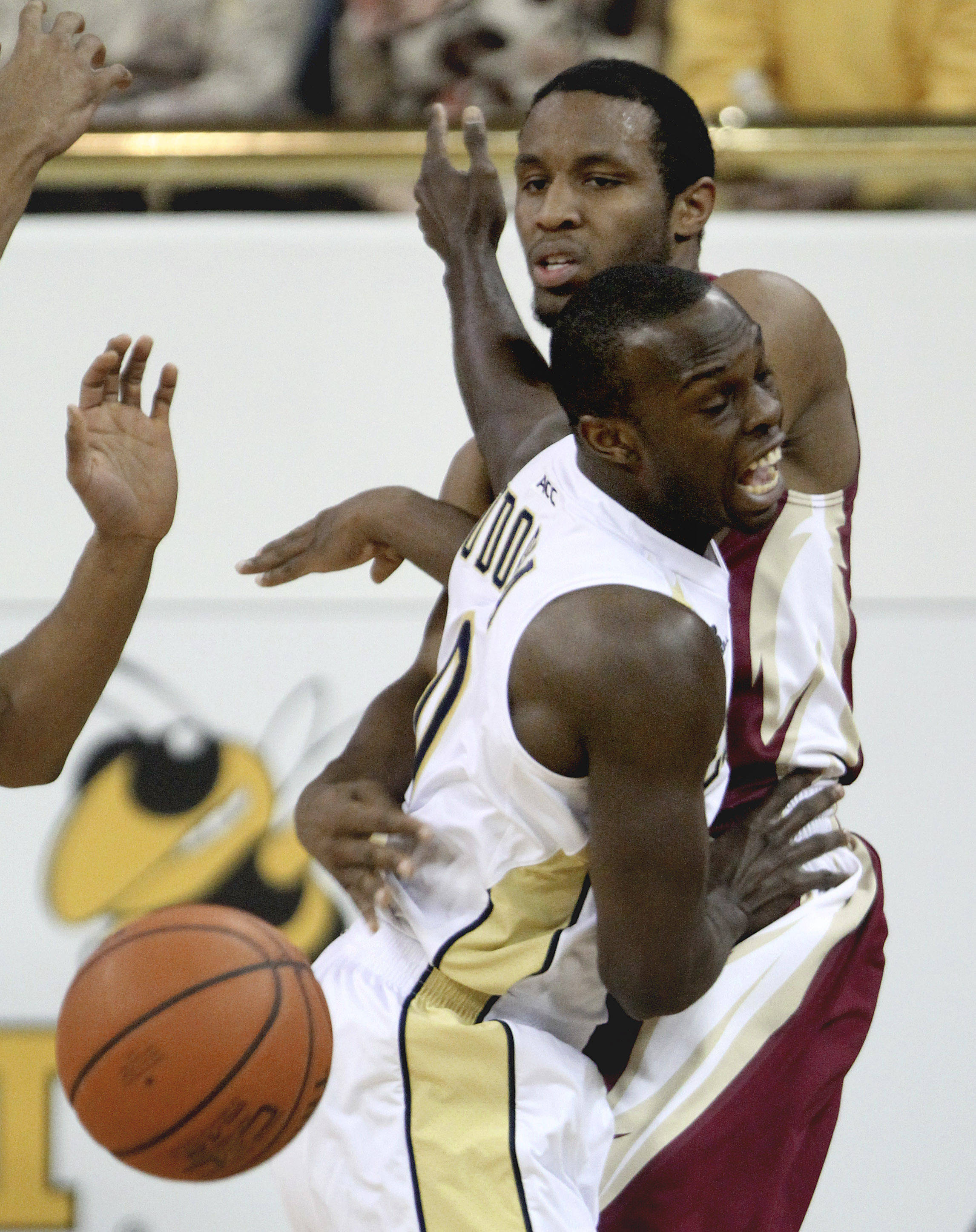 Florida State guard Michael Snaer, right, passes the ball behind the back of Georgia Tech guard Mfon Udofia during the first half. (AP Photo/David Goldman)