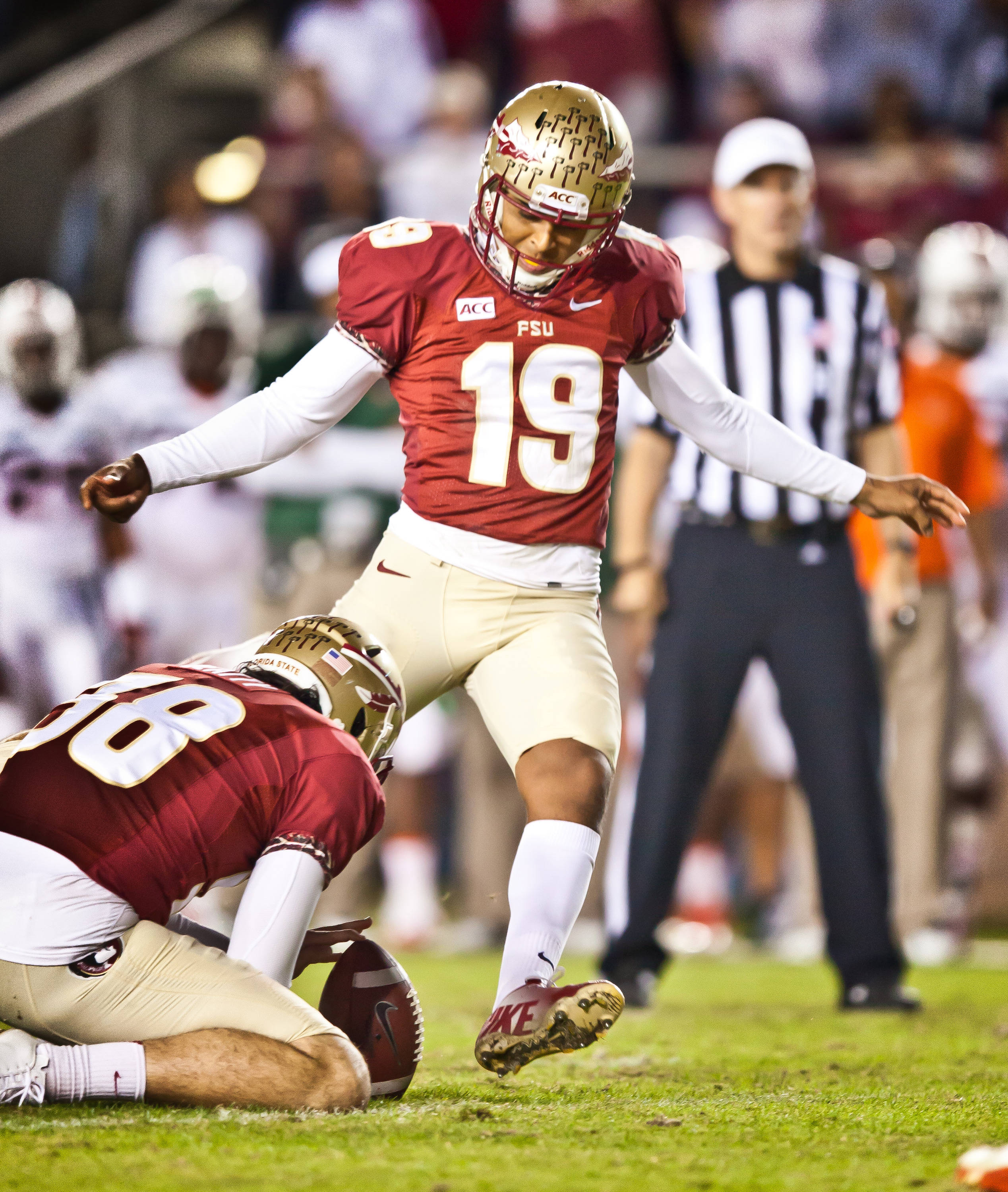 Roberto Aguayo (19) converts another field goal attempt.