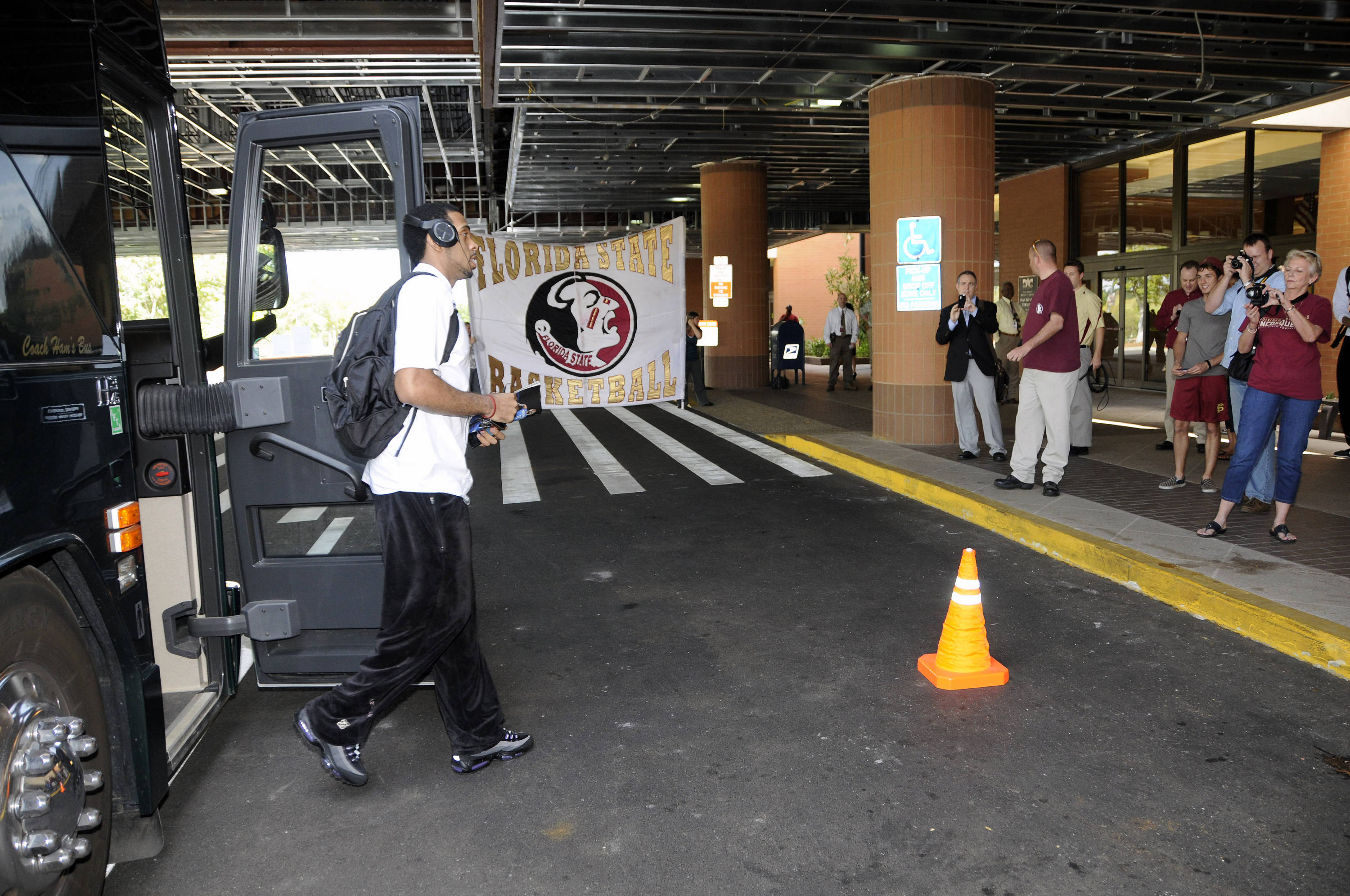 Players get off the bus at the Tallahassee Airport
