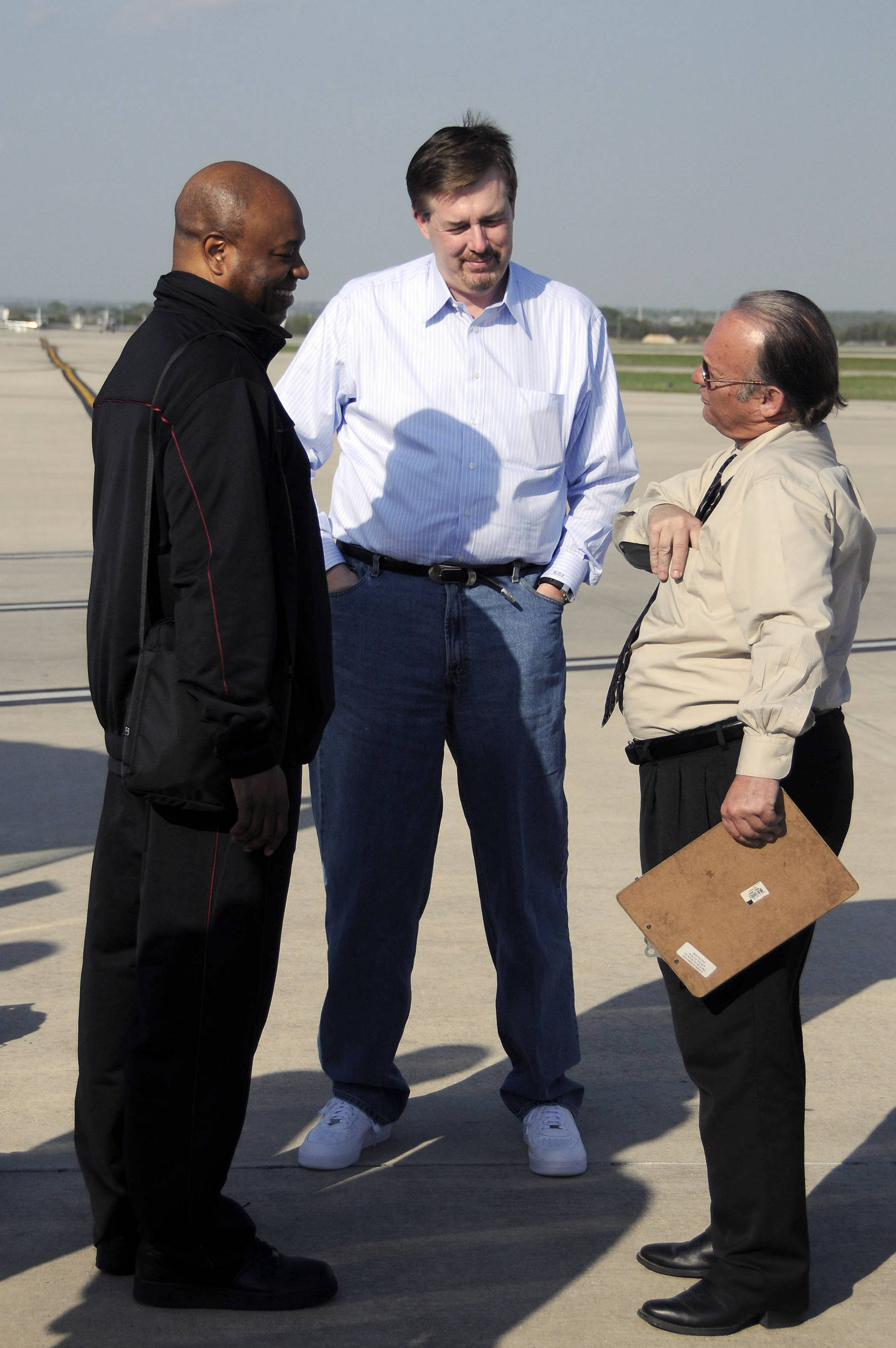 Leonard Hamilton and Stan Jones talk to one of the bus drivers at the San Antonio Airport